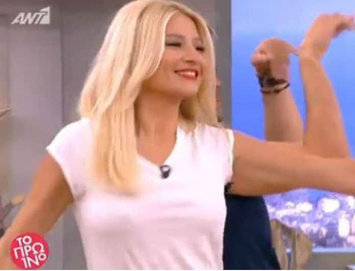 Φαίη Σκορδά: Ο «καυτός» χορός στο πλατό με κόκκινο κολλητό παντελόνι!