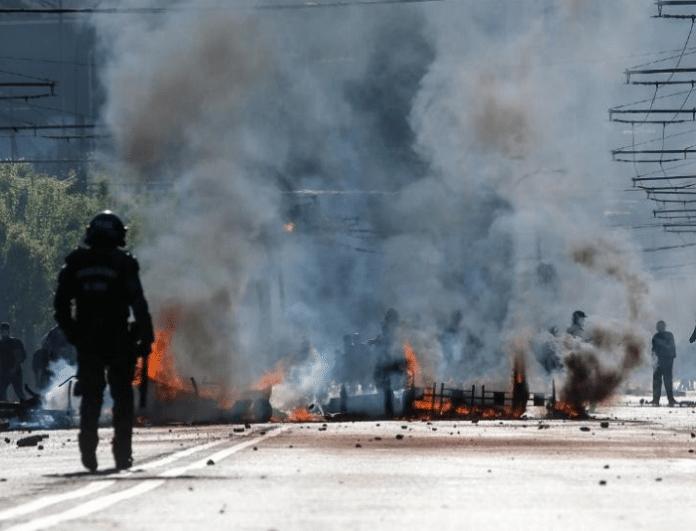 Βίντεο σοκ! Αστυνομικό όχημα παρασέρνει και εκτοξεύει διαδηλωτή 50 μέτρα μακριά!