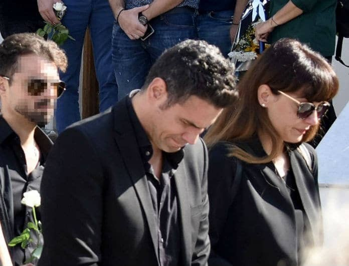 Δημήτρης Ουγγαρέζος: Η γυναίκα που ήταν δίπλα του στην κηδεία της μητέρας του! Δεν την πρόσεξε σχεδόν κανείς...