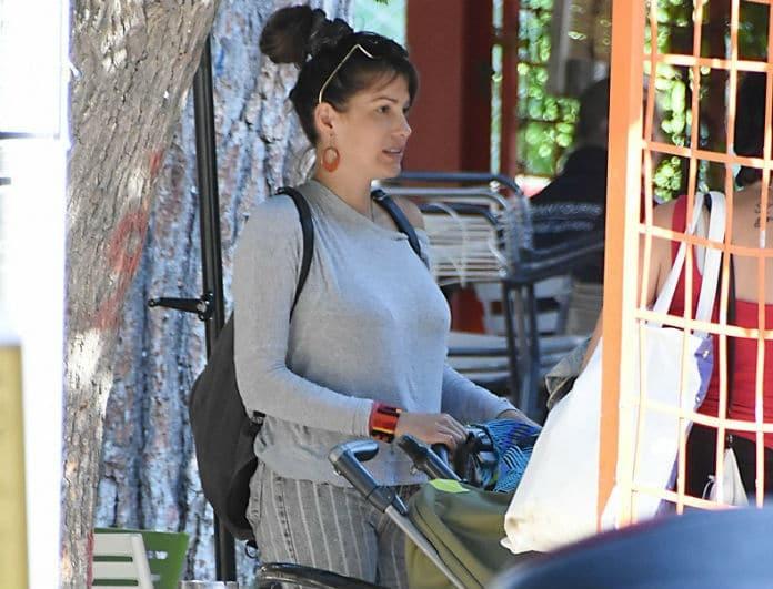 Κλέλια Ρένεση: Αγνώριστη μετά την γέννα! Με κολλητό παντελόνι, κότσο στα μαλλιά και άβαφη!