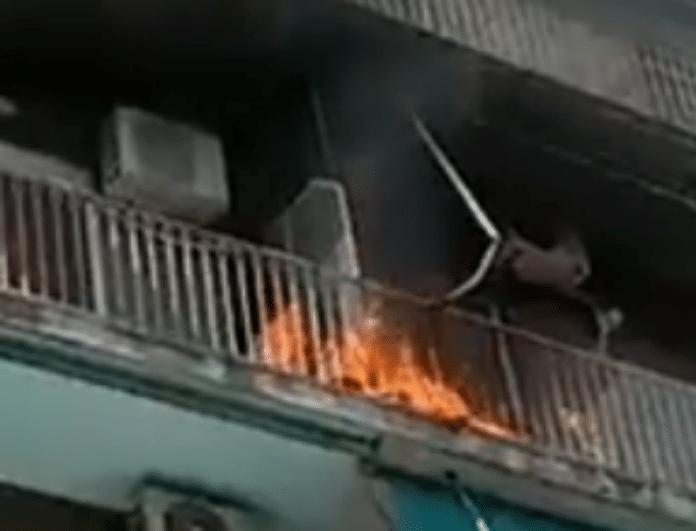 Ξέσπασε πυρκαγιά σε πολυκατοικία στην Καλλιθέα! (Βίντεο)