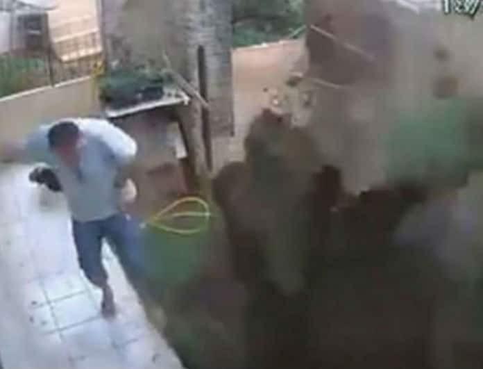 Βίντεο - σοκ: Ανατίναξε τον κήπο του ενώ προσπαθούσε να
