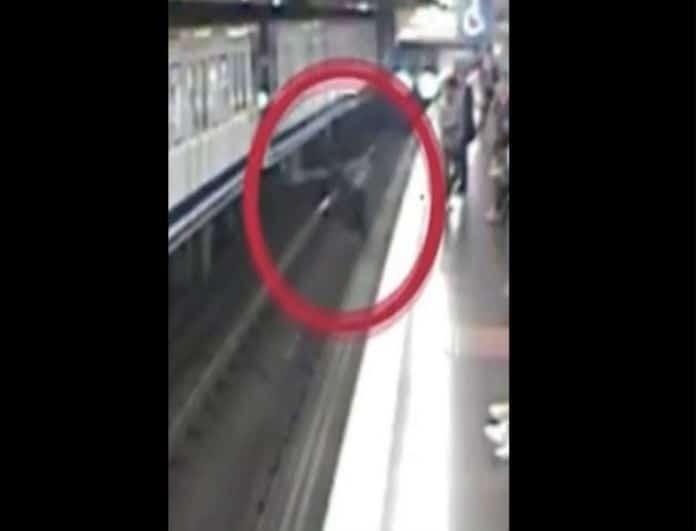Βίντεο σοκ! Γυναίκα πέφτει στις γραμμές του μετρό επειδή