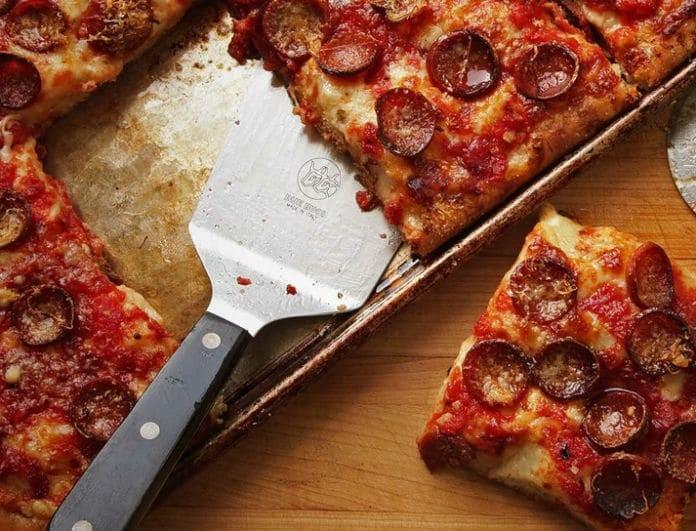 Πίτσα με ψωμί του τοστ και λιωμένα τυριά! Καλύτερη κι από delivery...