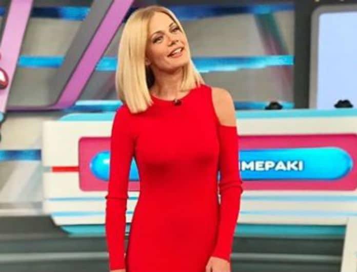 Ζέτα Μακρυπούλια: Συνδύασε το κόκκινο φόρεμά της με το πιο ιδιαίτερο παπούτσι! Έπαιξε και.. κέρδισε!