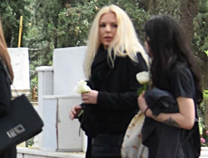 Αννίτα Πάνια: Ο άντρας που δεν την άφησε λεπτό στην κηδεία του πατέρα της! Εικόνα ντοκουμέντο...