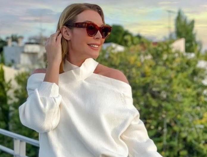 Τατιάνα Στεφανίδου: Το σαλόνι της είναι μες στο λευκό και το μπεζ! Ο καναπές που θες να «βουλιάξεις» μέσα...