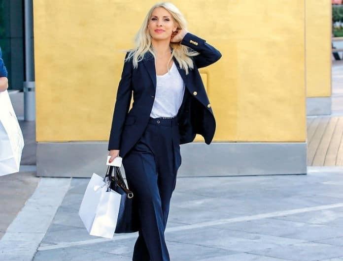 Ελένη Μενεγάκη: Αν δουλεύεις σε γραφείο, πρέπει να πάρεις το παντελόνι της! Είναι μπλε και κοστίζει λίγα...