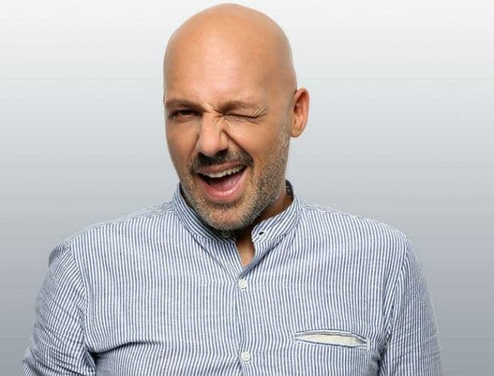 Νίκος Μουτσινάς: Δεν έχετε ξαναδεί ποτέ έτσι το πρόσωπό του! Έπαθε μετάλλαξη και έβγαλε ροζ μαλλιά!