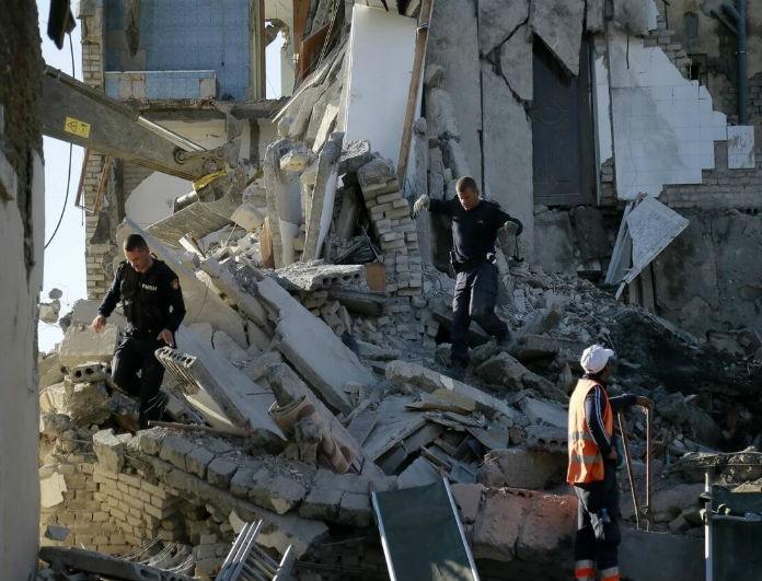 Σεισμός στην Αλβανία: Αυξήθηκαν κι άλλο τα θύματα - Ανασύρθηκε από τα ερείπια νεκρό ζευγάρι με το κοριτσάκι τους!
