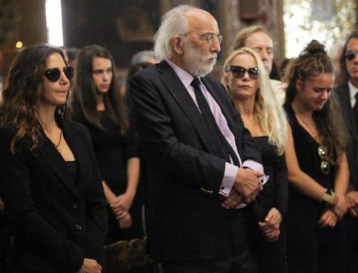 Ζωή Λάσκαρη: Η φωτογραφία ντροπής από την κηδεία της! Στη δημοσιότητα 2 χρόνια μετά...