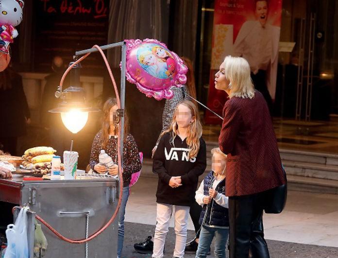 Βίκυ Καγιά: Τα παιχνίδια με την κόρη της στους δρόμους! Όλοι κοιτούσαν τα παπούτσια της! Έχουμε την τιμή...
