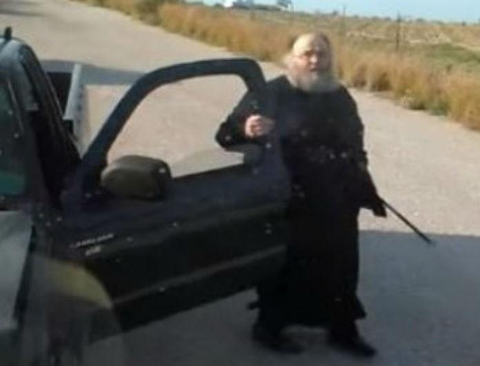 Έξαλλος ιερέας κατέβηκε από το αυτοκίνητο του και «έσπασε» πούλμαν!