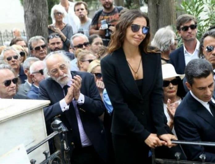 Ζωή Λάσκαρη: Ανατριχιαστικό! Οι απουσίες που «σημάδεψαν» την κηδεία της! Οι δυο άντρες που δεν της είπαν το αντίο...