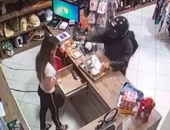 Βίντεο σοκ! Ληστής πυροβολεί την ταμία στο κεφάλι!