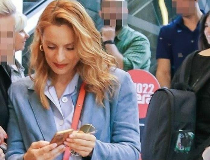 Ελεονώρα Μελέτη: Θα σας «πέσουν» τα μαλλιά με τα λεφτά που κοστίζει η μικρή κόκκινη τσάντα της! Την κοιτούσαν όλοι...