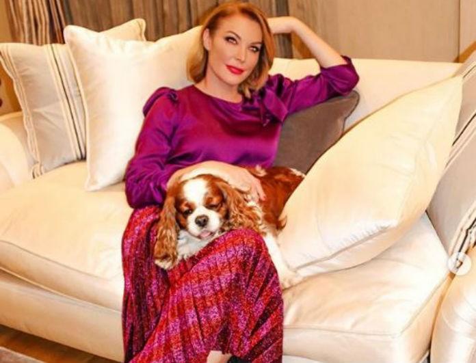 Τατιάνα Στεφανίδου: Αυτή η φούστα της κάνει 39,95 ευρώ κι έχει πολλές αποχρώσεις του ροζ πάνω της! Έχει