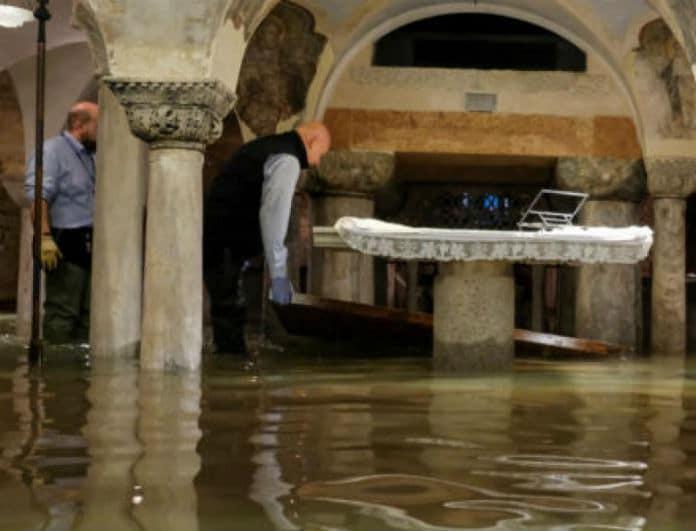 Σοκ και δέος! Πλημμύρισε ο ναός του Αγίου Μάρκου από την κακοκαιρία! Προσπαθούν να σώσουν ότι μπορούν!