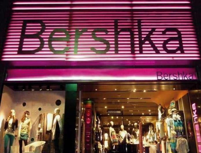 Bershka: Αυτό το μαύρο φόρεμα έχει πάνω του καθρέφτες! Το σκίσιμο του στα πλάγια... προκαλεί!