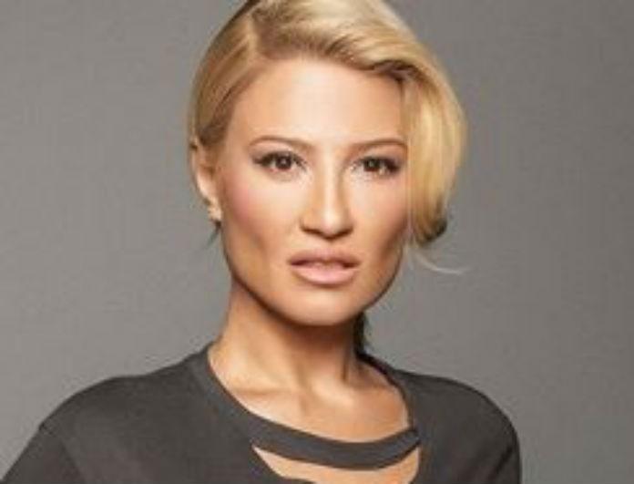 Φαίη Σκορδά: Το ροζ μπλουζάκι της έχει ψηλό λαιμό και θα το λατρέψεις! Κοστίζει 29 ευρώ!