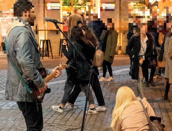 Ελένη Μενεγάκη: Έδωσε λεφτά σε άνθρωπο στο δρόμο! Καρέ - καρέ η κίνησή της...
