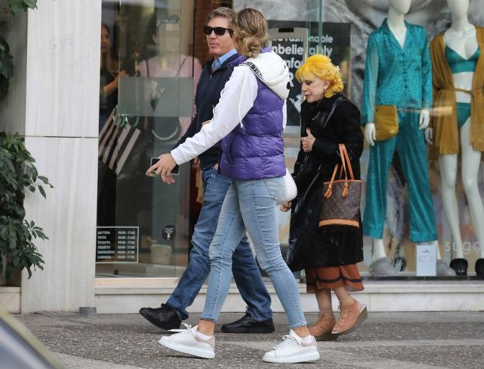 Μαριέττα Χρουσαλά: Χαλαρή βόλτα στην Γλυφάδα με τον σύζυγο και την πεθερά της!