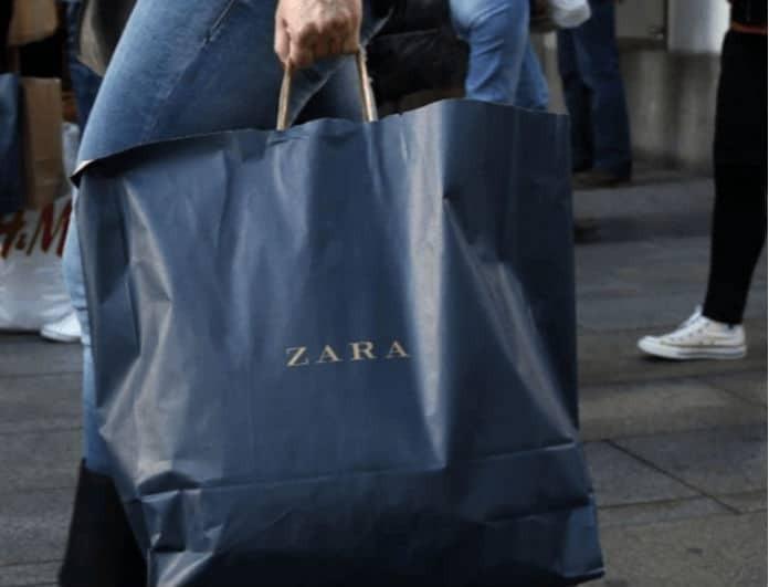 Zara - νέα συλλογή: Αυτό το μπλε μπουφάν θα σε κρατάει ζεστή όλο το χειμώνα! Έχει κίτρινη γούνα στην κουκούλα!