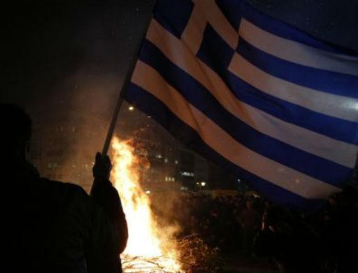 Σάλος! Αστυνομικός έκαψε την ελληνική σημαία!