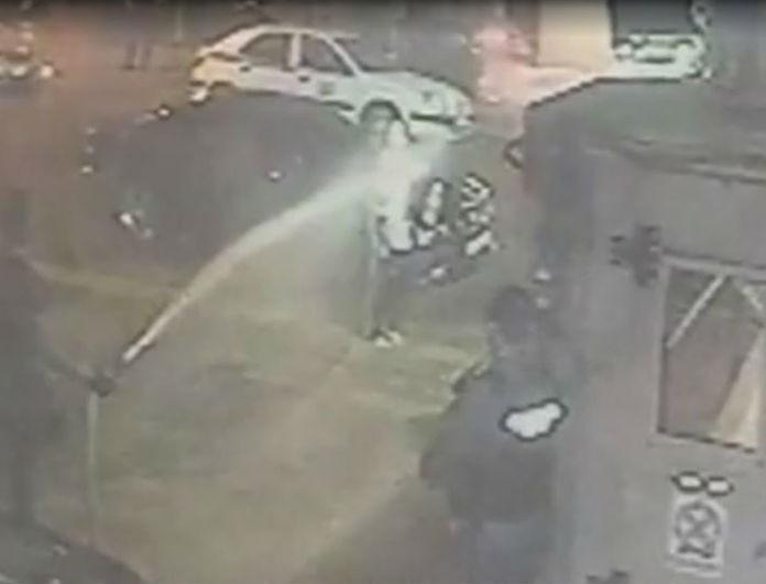 Βίντεο σοκ! Αστυνομικοί καταβρέχουν άτομο με αναπηρία!