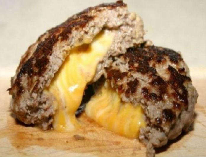 Η... μυστική συνταγή για μπιφτέκια γεμιστά με τυρί στο τηγάνι! Δεν θα φεύγει κανείς από το τραπέζι σας!