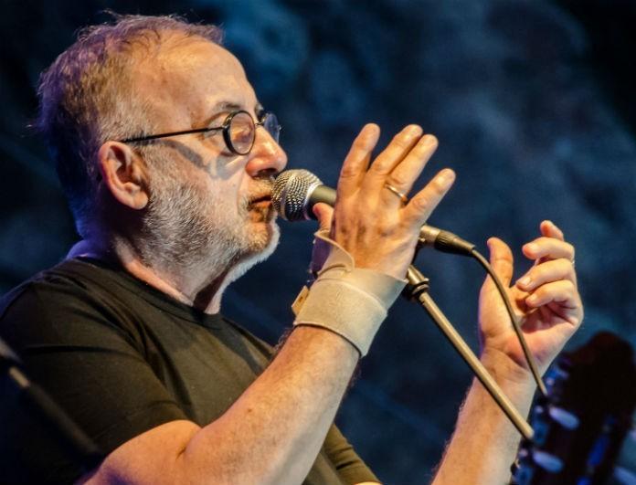 Θάνος Μικρούτσικος: Η ελληνική showbiz αποχαιρετά τον αγαπημένο τραγουδιστή!