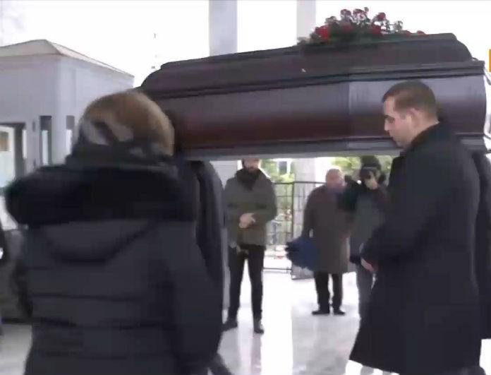 Κηδεία Θάνου Μικρούτσικου: Καρέ καρέ η στιγμή που είπαν το τελευταίο «αντίο» φίλοι και συγγενείς! Ο ήχος που προκάλεσε ανατριχίλα!
