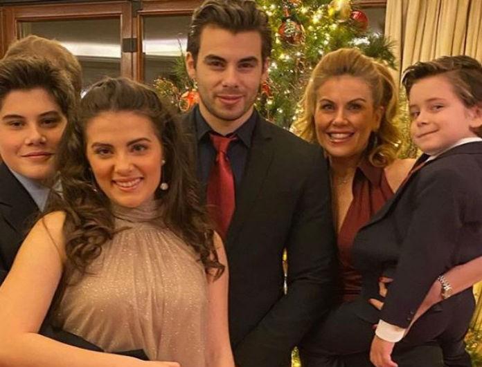 Ευγενία Μανωλίδου: Στέλνει την πιο γλυκιά ευχή για τα Χριστούγεννα περικυκλωμένη από τα παιδιά της!