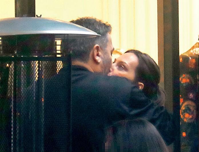 Αντώνης Ρέμος - Υβόννη Μπόσνιακ: Αγκαλιές με πάθος για το παντρεμένο ζευγάρι! Τα φιλιά στη μέση του δρόμου σε φωτογραφίες!