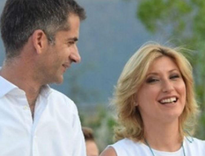 Σία Κοσιώνη: Στον γάμο της με τον Κώστα Μπακογιάννη φόρεσε χρυσά παπούτσια! Τα κοίταγαν όλοι οι καλεσμένοι!