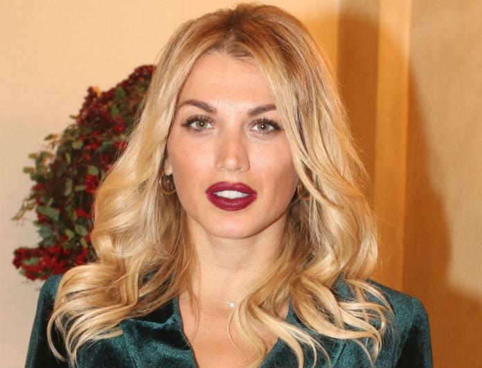 Κωνσταντίνα Σπυροπούλου: Με total velvet κοστούμι