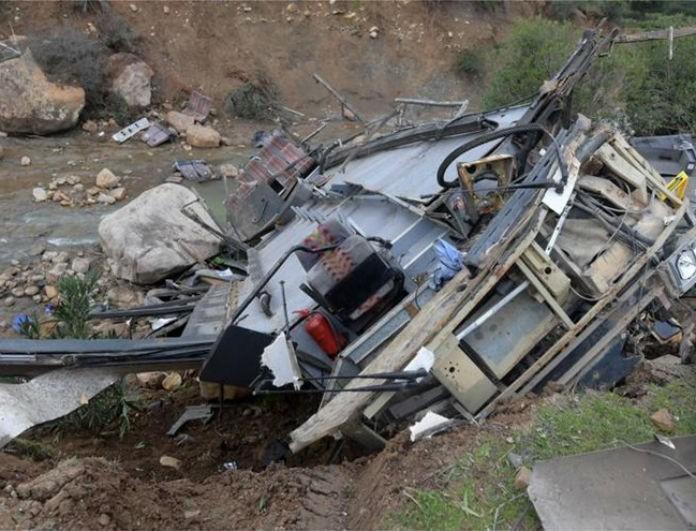 Φρίκη! Λεωφορείο έπεσε σε χαράδρα! Τουλάχιστον 24 νεκροί μέχρι τώρα!