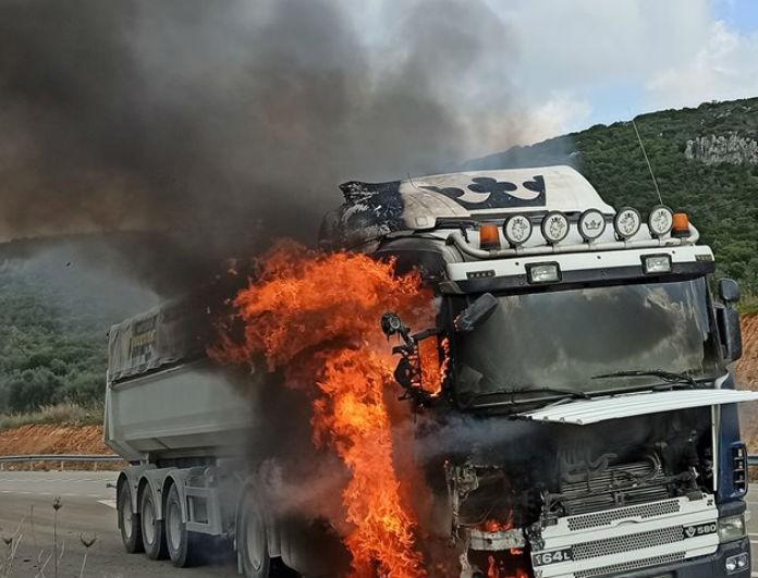 Εικόνες σοκ στους Γαργαλιάνους: Νταλίκα τυλίχτηκε στις φλόγες εν κινήσει!