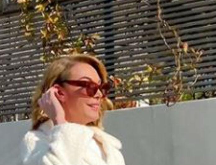 Τατιάνα Στεφανίδου: Περπάτησε στο δρόμο με λευκό παλτό! Στην τσάντα της όμως έπεσαν όλα τα βλέμματα!