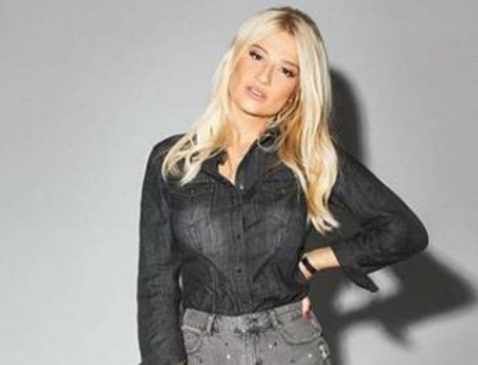 Φαίη Σκορδά: Έβαλε μίνι τζιν φούστα και κίτρινες μπότες! Κοστίζουν 109 ευρώ και προκαλούν «εγκεφαλικά»!