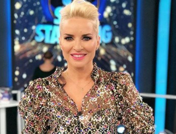 Μαρία Μπεκατώρου: Το πράσινό φόρεμά της, είχε ίδιο χρώμα με τα μάτια της! Έκατσε σε γκρι καναπέ και έμοιαζε Βασίλισσα!