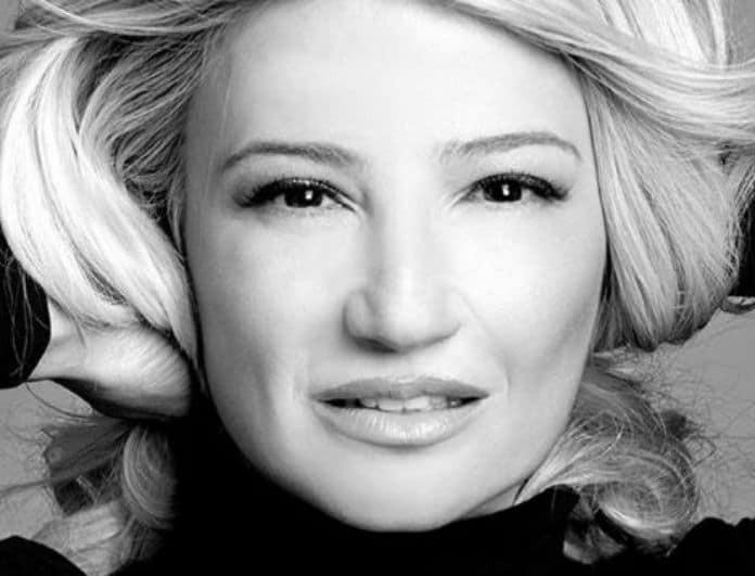 Φαίη Σκορδά: Τα πέδιλα της έχουν μαζί άσπρο και μαύρο! Είναι σε έκπτωση, 50 ευρώ κάτω!