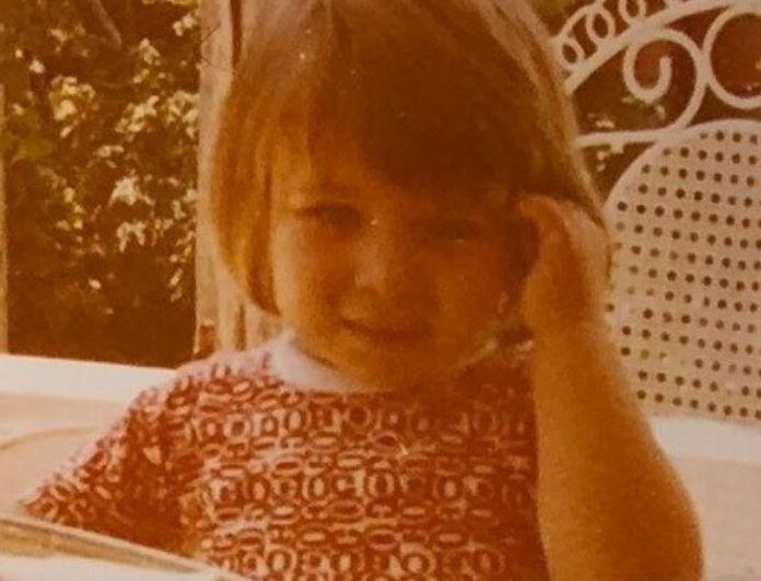 Το κοριτσάκι της φωτογραφίας είναι πασίγνωστη Ελληνίδα! Πάει το μυαλό σας ποια είναι;