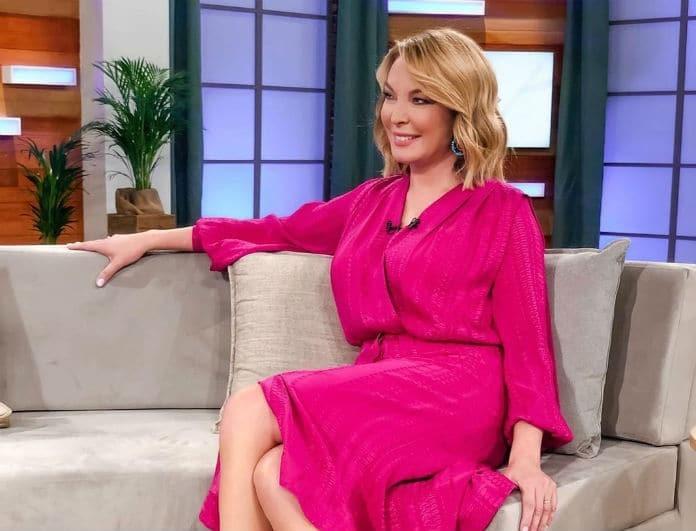 Τατιάνα Στεφανίδου: Φόρεσε φόρεμα από ροζ βελούδο! Διέγραφε όλο το κορμί της, «πέταξε» τα φίλτρα!