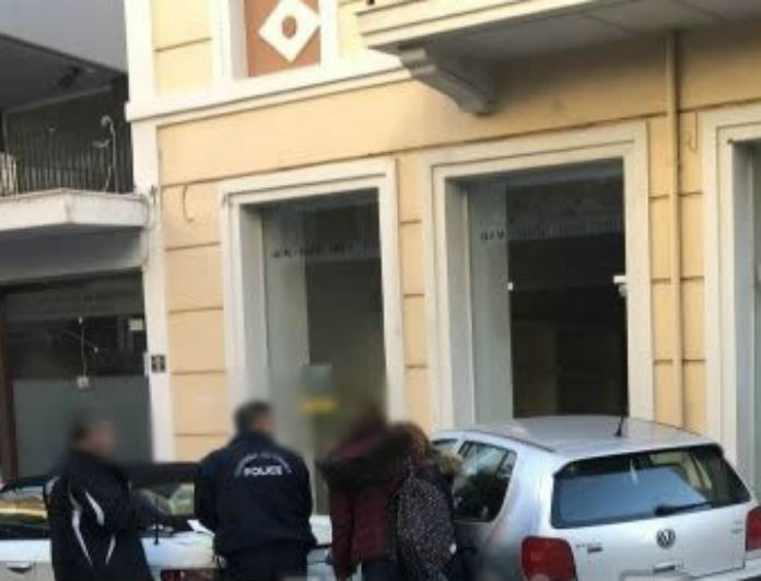 Πανικός στη Λαμία: Καρέ καρέ η στιγμή που αυτοκίνητο μπουκάρει σε κατάστημα!