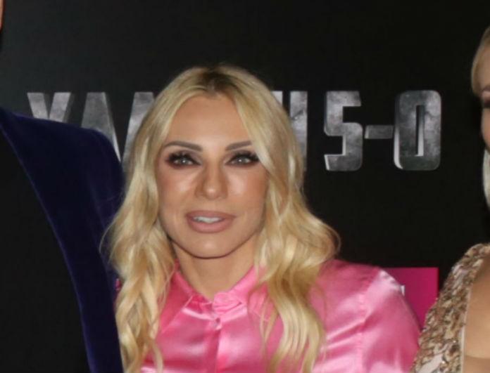 Έλενα Τσαβαλιά: Εμφανίστηκε με μίνι μαύρη φούστα, αλλά όλοι κοιτούσαν το πρόσωπο του Σεφερλή! Θα μείνετε «κάγκελο» με την φωτογραφία!