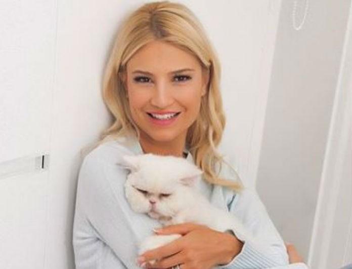 Φαίη Σκορδά: Φόρεσε το πιο κλασικό λευκό t-shirt με τον πιο στιλάτο τρόπο! Θα σε «τρελάνουν» τα ασημένια πέδιλα της!
