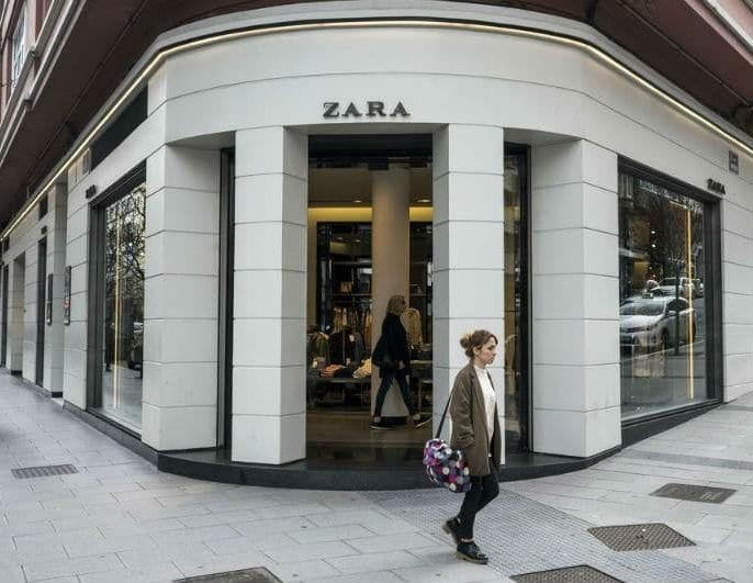 Zara: Το φλοράλ αυτό φόρεμα έχει άνοιγμα που μοιράζει
