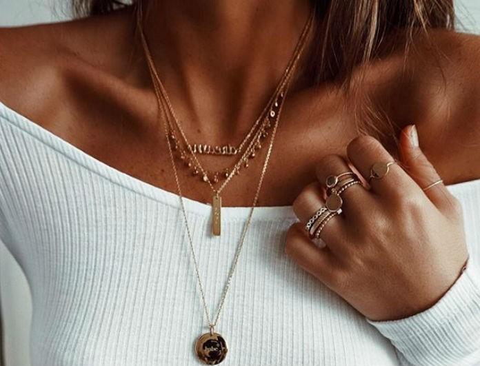 Λατρεύεις τα κοσμήματα και τα αξεσουάρ; Οι μεταλλιζέ λάμψεις είναι ότι πιο «hot» κυκλοφορεί!