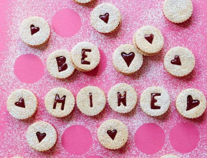 Ο έρωτας περνάει απ' το στομάχι: Τα 3 γλυκά που θα φτιάξεις του Αγίου Βαλεντίνου και θα τον